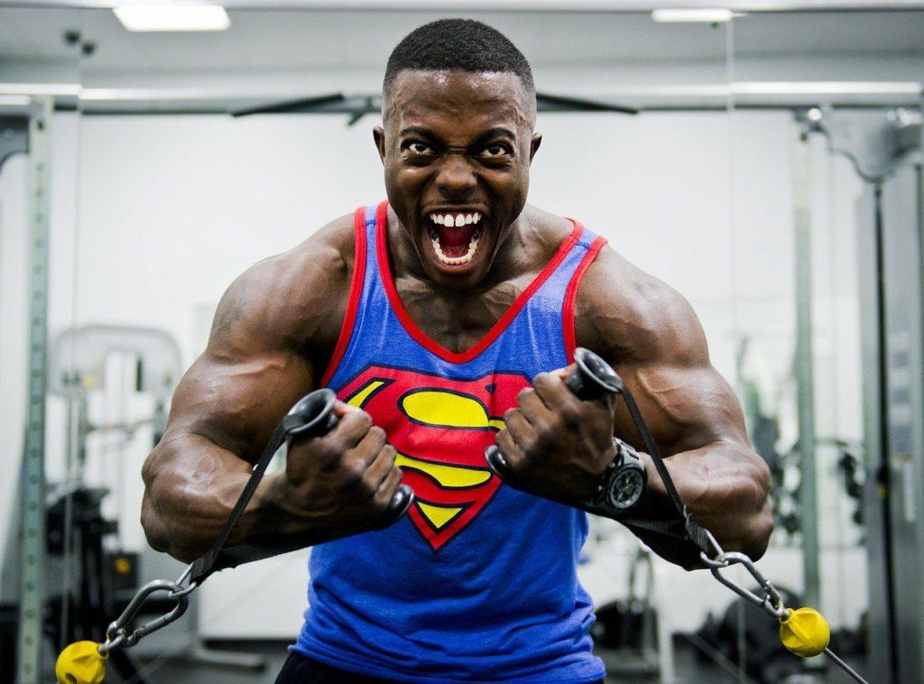 ポーズをとる筋肉質な男性